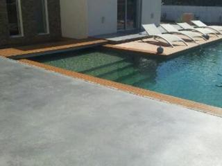 Plages de piscine béton coloré