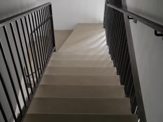 Escalier en béton cire couleur Grège/Habitation Aigremont