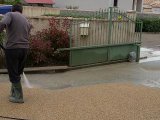 Création d'une allée de jardin en béton désactivé