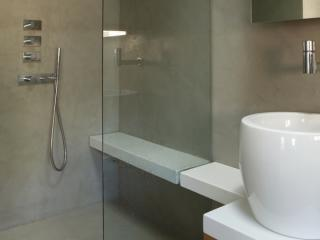 B ton cir pour une r novation de salle de bains carrelage - Beton cire pour carrelage salle de bain ...