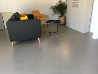 Béton ciré couleur grège - Show Room Nîmes
